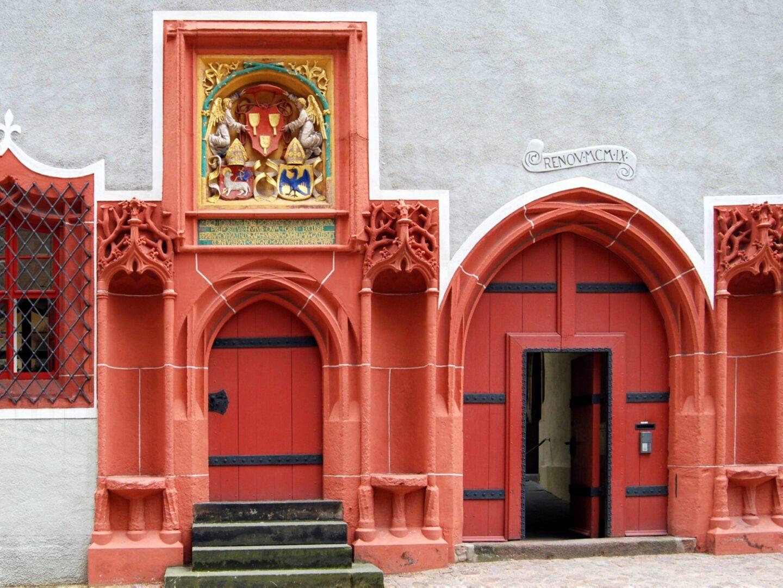 Spätgotisches Portal der Domprobstei Meißen auf dem Domplatz in der Nähe der Albrechtsburg.